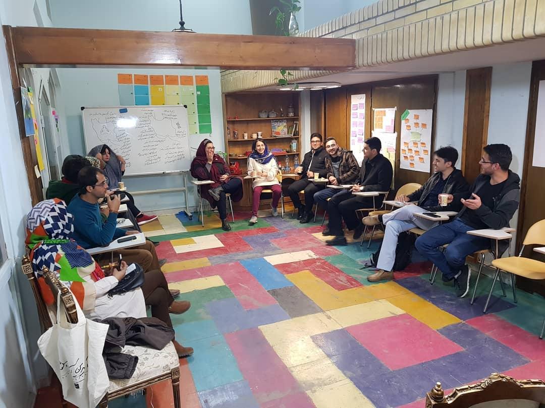 آشنایی با تجارب گروه آموزشی میلان، موضوع جلسه گفتگو، موندن یا رفتن؟